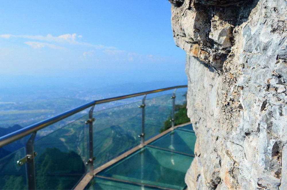 玻璃栈道安装能够为游客带来了独特的生活魅力.